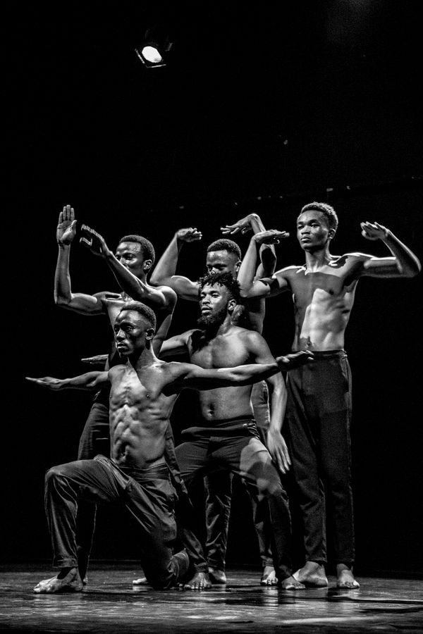 Danseurs contemporains lors du spectacle de danse et théatre contemporain à l'institut Français de Bujumbura. thumbnail