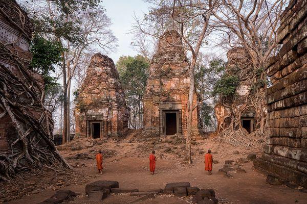 Exploring the Angkor ruins thumbnail