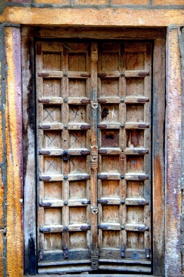 Wooden door in Jaisalmer citadel thumbnail