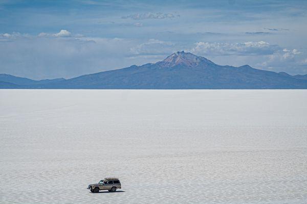 Crossing the Salar de Uyuni Desert thumbnail