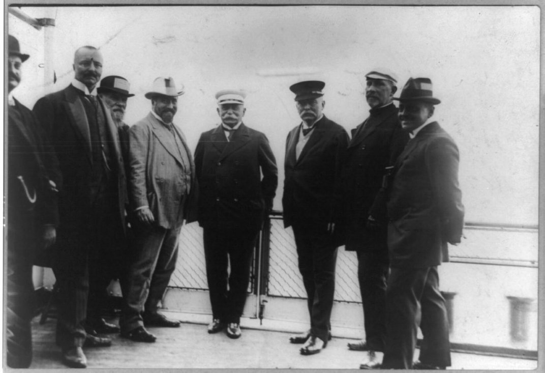 Image of Zeppelin with members of his company in 1912.