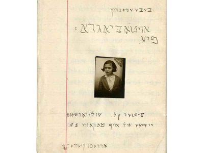Cover of the autobiography of Beba Epstein written in the 1933-34 school year, with a picture of her.