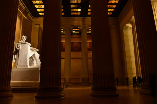 Lincoln Memorial at night thumbnail
