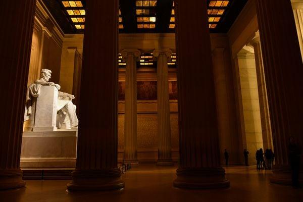Lincoln Memorial at night thumbnail
