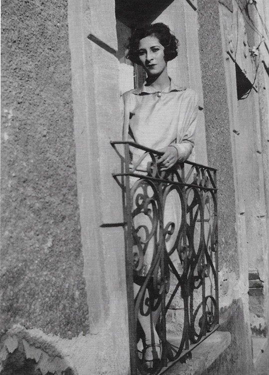 Luisa Moreno stands on a balcony in Mexico City, 1927 (NMAH)