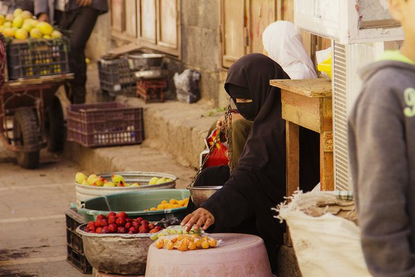A Yemeni woman selling fruit in the old city ( Sana'a ) thumbnail