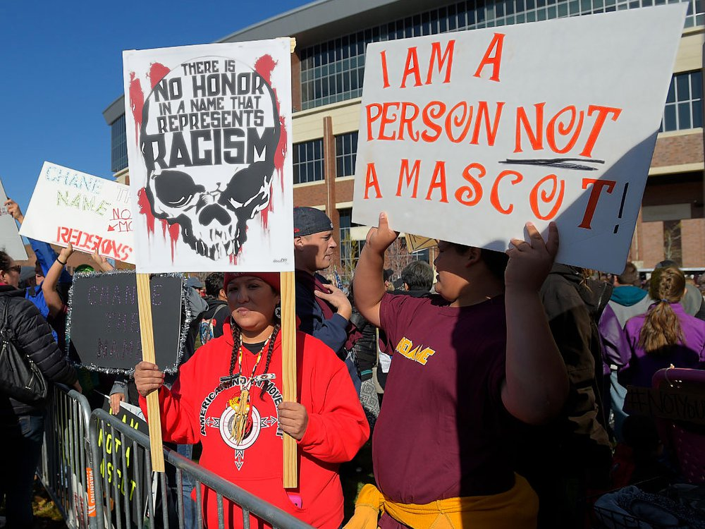 People protest against the name of the Washington, D.C., NFL team before a game between Washington and the Minnesota Vikings. Minneapolis, November 2, 2014. (John McDonnell/The Washington Post via Getty Images)