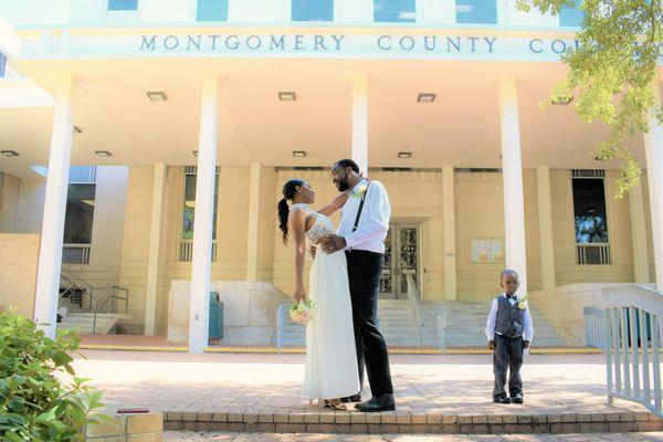 A courthouse wedding in Texas thumbnail