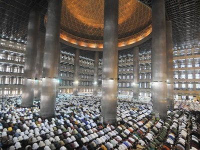 Hundreds of people gather at the Istiqlal Mosque in Jakarta, Indonesia to perform the Eid al-Fitr prayer. After the prayers, families and community members get together to celebrate with food and gifts.