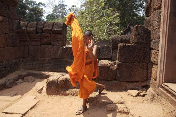 buddhist monk adjusting his robe thumbnail