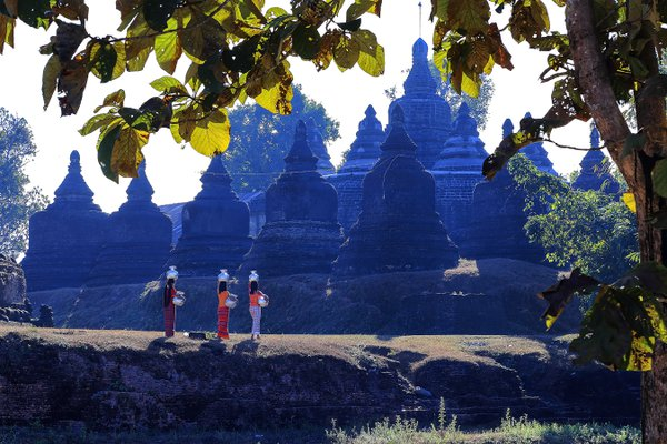 Rakhine Ladies carrying water to use thumbnail