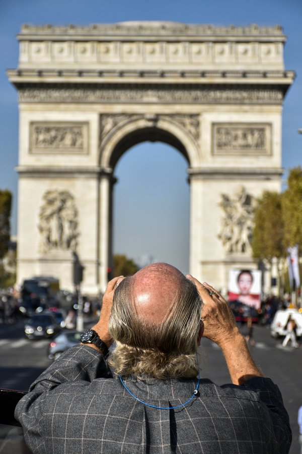 Man within the frame of Arc de Triomphe thumbnail