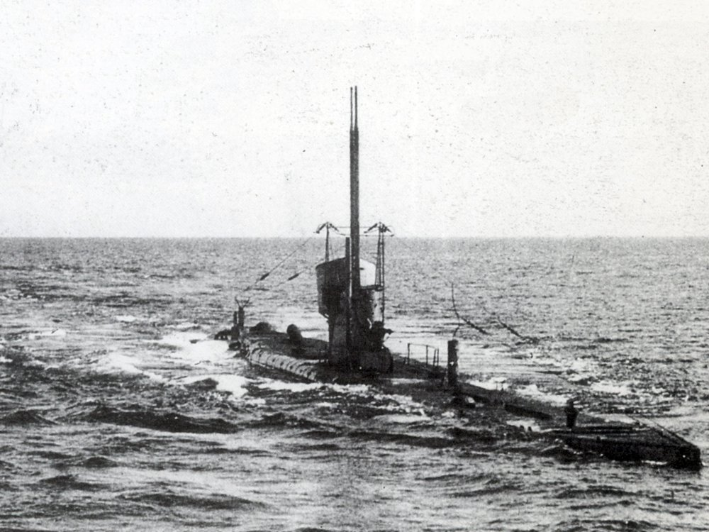 U-35 runs on the surface before submerging, 1917