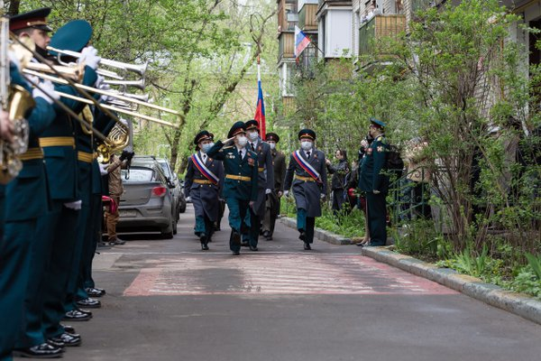 Parade on a Moscow street near the house of the Great Patriotic War veteran during quarantine thumbnail