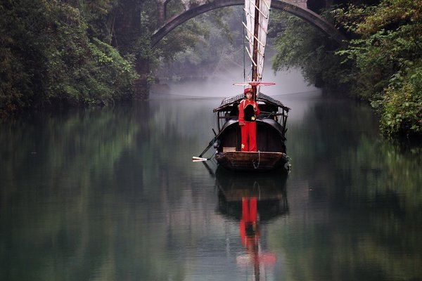 Tribe of 3 Gorges in the rain and mist thumbnail
