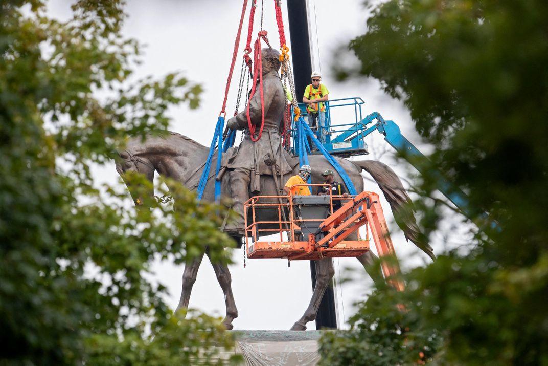 Richmond Removes Robert E. Lee Statue, Largest Confederate Sculpture in the U.S.