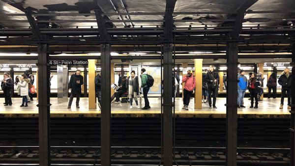 People waiting for the subway thumbnail