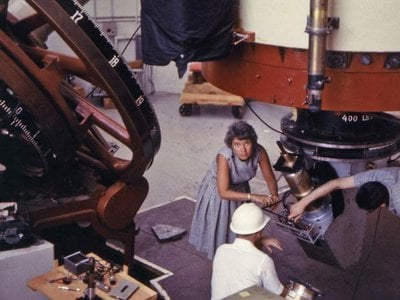 Vera Rubin and Kent Ford (white hat) setting up their image tube spectrograph at the Lowell Observatory in Flagstaff, Arizona. (Photo: THE CARNEGIE INSTITUTION FOR SCIENCE)