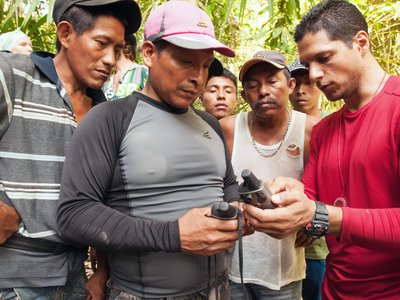 Mateo-Vega (right) shows Emberá and Kuna colleagues how to take forest measurements. From left to right, indigenous technicians Edgar Garibaldo, Chicho Chamorro, Baurdino Lopez, Evelio Jiménez, Alexis Solís.