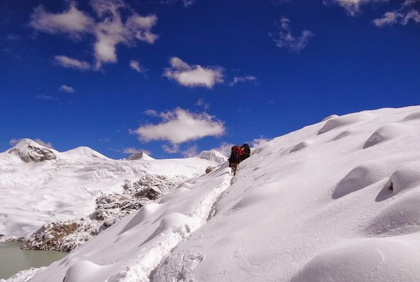 Crossing the highest point (5200m above sea level) along the snowmen trail thumbnail