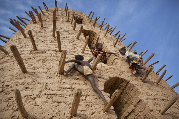 Kids playing on the minaret  thumbnail