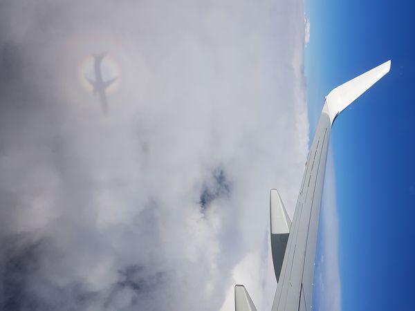un refler de l'avion avec un arc-en-ciel  thumbnail