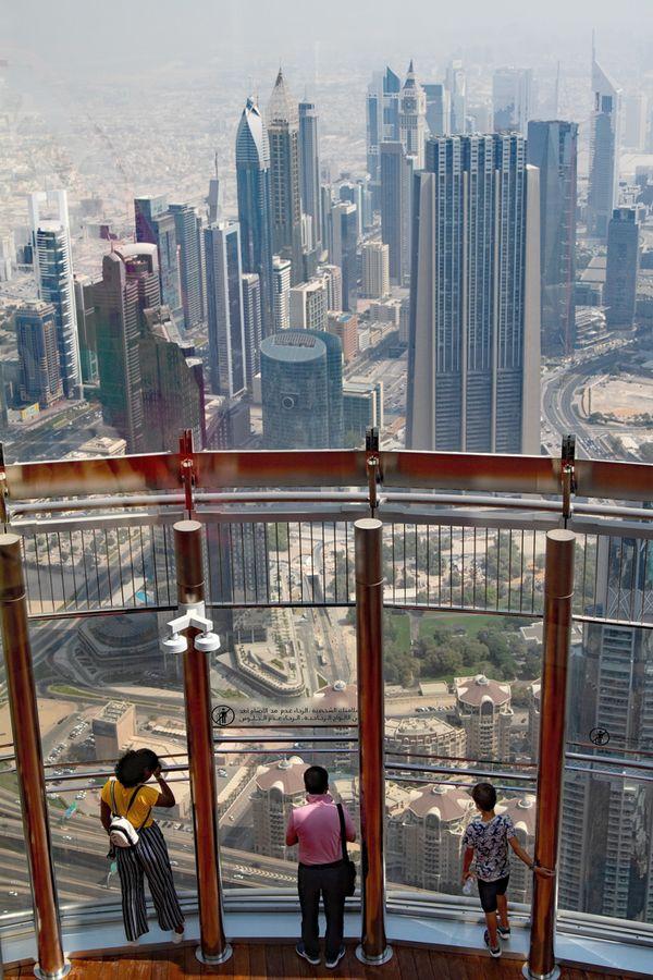 Tourists Barj Khalifi Dubai thumbnail