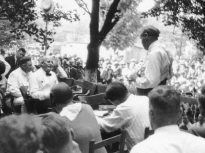 Outdoor proceedings on July 20, 1925, showing William Jennings Bryan and Clarence Darrow.