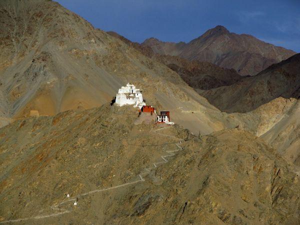 The trail to Castle Namgyal Tsemo thumbnail