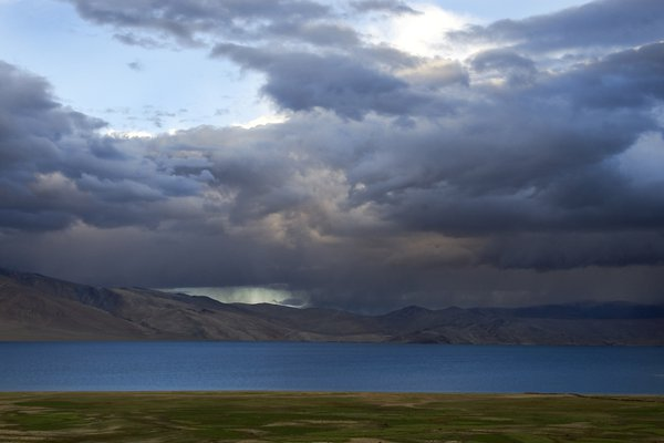 Tso-Murriri Lake,the high altitute lake in Ladakh.Just before rain the clouds covers the sky. thumbnail