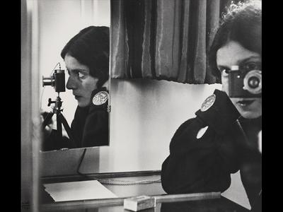 Ilse Bing, Selbstporträt mit Leica (Self-Portrait With Leica), 1931 gelatin silver print