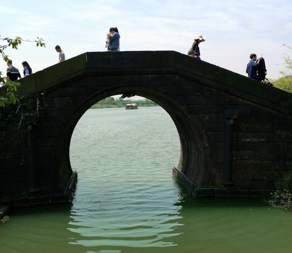 Ancient bridge on Xianghu Lake in Hangzhou thumbnail