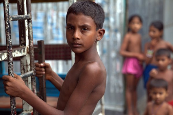 Boy with ladder in Dhaka thumbnail