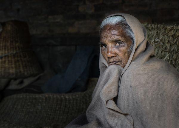 A woman in a Hindu temple thumbnail