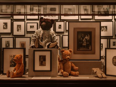In addition to photos, teddy bears are also on display.