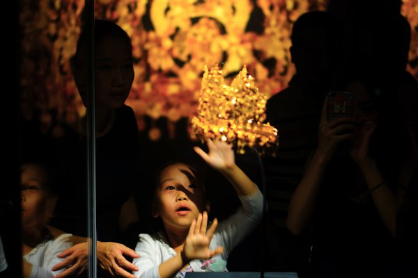 The little girl shocked by golden imperial crown of ancient Afghanistan thumbnail