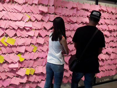El Tendedero/The Clothesline Project, an installation by Mónica Mayer in which women were invited to vent their frustrations about their city on a piece of pink paper