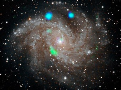 The green blob of X-rays in the lower left quadrant of the Fireworks galaxy lasted about 10 days before disappearing.