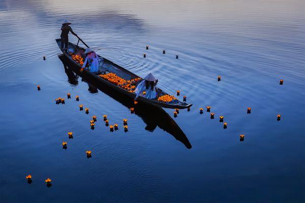 Drop lantern in Huong river thumbnail