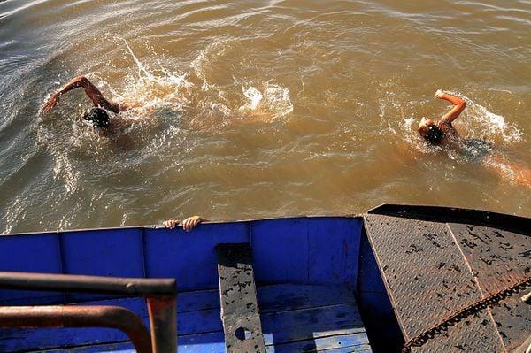 3 children swimming. thumbnail
