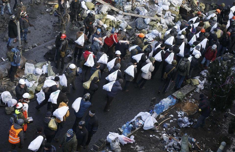 Protestors Strengthening Barricades in Kiev