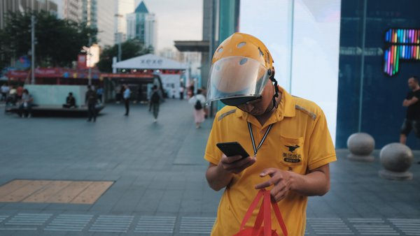 A Chinese delivery guy and, the phone thumbnail