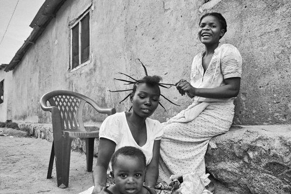 Tanzanian hairdressing. thumbnail