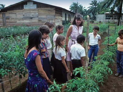 Peace Corps volunteer Marya Cota-Wilson gives a gardening lesson in Costa Rica in the 1980s.
