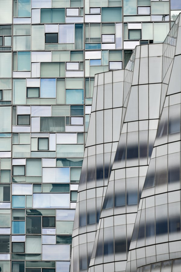 Contrasting Facades in New York thumbnail