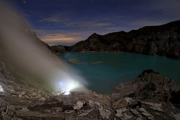 Kawah Ijen at night thumbnail
