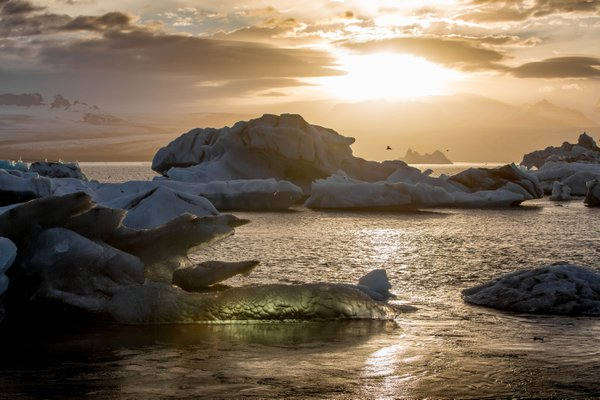 A sunset over the glacier lagoon in southern Iceland thumbnail