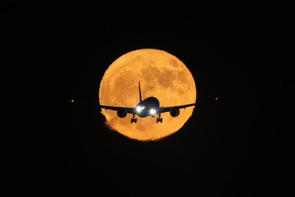 Dreamliner on final in front of a full harvest moon. thumbnail