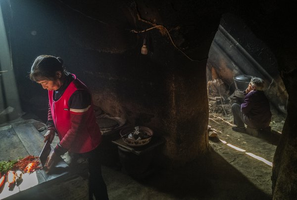 Mother and daughter in cave dwelling thumbnail