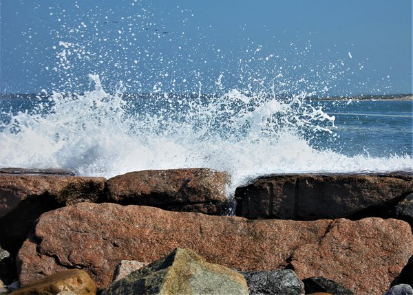 Wave Crashing on Rocks thumbnail